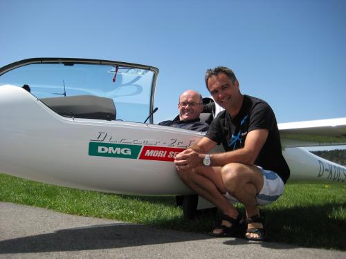 Gerd Heidebrecht (im Cockpit) Mathias Schunk (vorne) nach ihren Rekordflügen